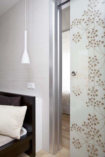 Grafosklo J.A.P. , celoskleněné dveře posuvné do stavebního pouzdra Standard s vnitřním motivem, zalaminovaná textilie.