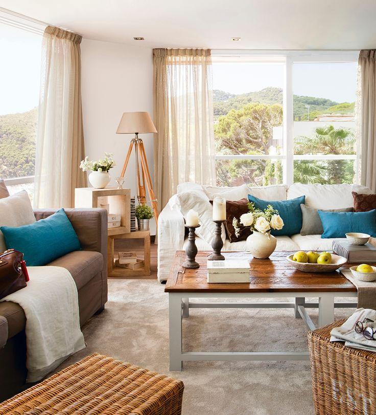 En el sal n sof s mesas y l mpara de maisons du monde - Bandejas decoracion salon ...