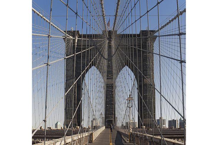 米伊各地の「インフラ」に見る美しさ  ニューヨークのブルックリン橋、ジェノバの市街地にそびえる天然タンク、米ニューメキシコ州の銅山など、ブライアン・ヘイズ氏の著書「インフラストラクチャー」改訂版に掲載されている各種インフラや産業現場の写真。ヘイズ氏はずっと、特定の技術や大型のインフラプロジェクトに愛着を持っている。