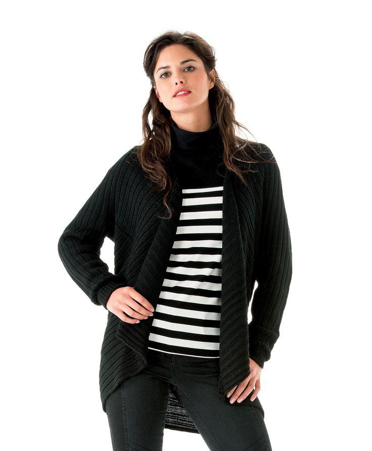 Avec son effet destructuré et sa coupe moderne, le cardigan HABOU, de couleur noir, confère aux femmes un look assumé de créateur. A rayures et manches longues, il fait partie des basiques à avoir dans sa garde-robe. Parfait avec le tee-shirt HONSA.