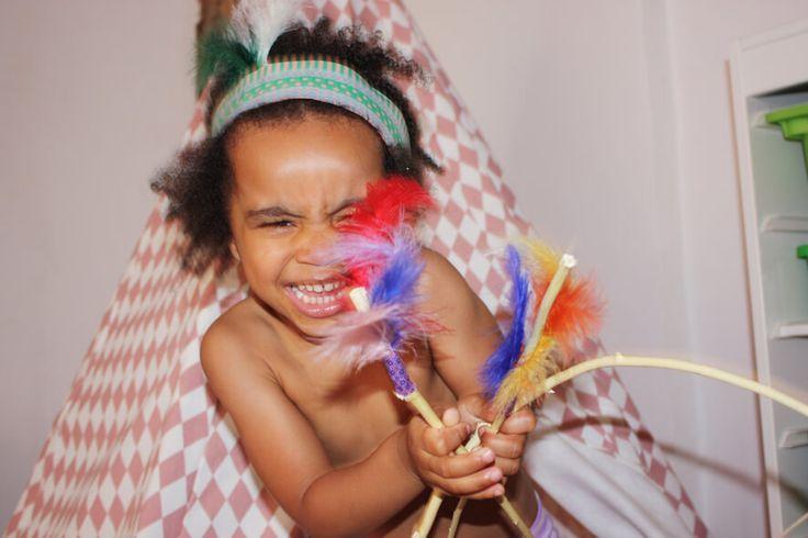 """Prinzessinen, Feen und Zauberpferde sind die Vorbilder kleiner Mädchen. Das dachte ich jedenfalls immer, aber weit gefehlt… …meine Tochter liebt Indianer! """"Yakari"""" der kleine Indianer ist ihr allergrößtes Vorbild. Unsere Wohnung ist seit mehreren Monaten schon zum Jagdrevier mutiert und meine Tochter galoppiert auf dem Rücken ihres Steckenpferdes im Flur auf und ab und ruft"""