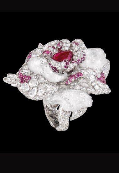 Anillo Dior Joaillerie: Baile de París - Alta Joyería Dior  - Anillo Bal de Paris, en oro blanco, diamantes, cuarzo blanco y rubies.