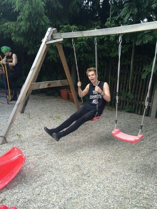 """Imagine: """"Y/N, be a good girlfriend and come push me!"""" (c) @5SOS_Imagining"""