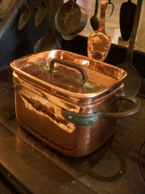 Such a lovely copper pot...I think we all would love to have this grace our kitchens.