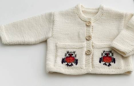 En blød uldtrøje med knapper har alle babyer brug for. Denne her er en sikker favorit, for den har glade broderier på lommerne. Vælg mellem kække ugler, søde får og frække løver.