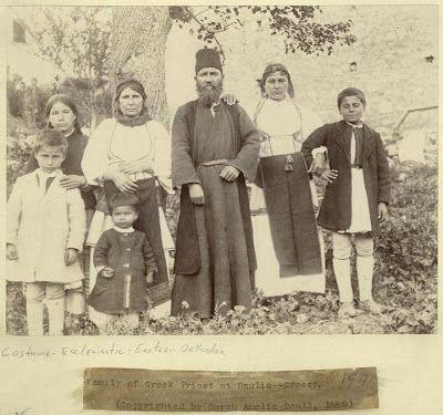 Φωτογραφία του 1889 πού τραβήχθηκε στήν Δαύλεια Βλέπουμε την οικογένεια του παπά της Δαύλειας με την οικογενειά του.  Δέν φοράει καλυμαύχι αλλά ιδιόρυθμο σκούφο, οι γυναίκες ρούχα της εποχής που πρέπει να ήταν τα γιορτινά τους και όσο γιά τα παιδιά ίσως τα μοναδικά τους ρούχα.