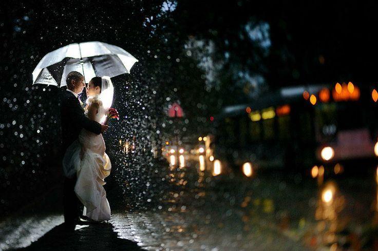 Een regenachtige bruiloft is voor niemand leuk. Maar deze foto's laten je zien dat je op een regenachtige bruiloft prachtige foto's kan maken.