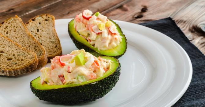 Recette de Avocats farcis au crabe, mayonnaise légère et Tabasco©. Facile et rapide à réaliser, goûteuse et diététique.