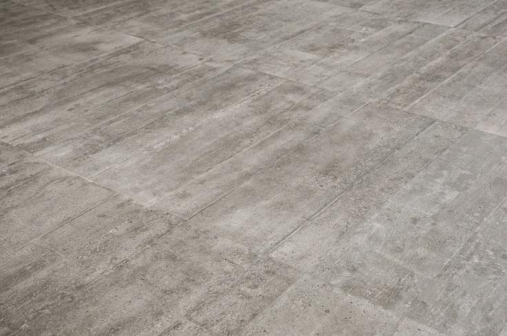 Provenza Re-Use Concrete. Flisene har en fantastisk overflate, deilig å ta på og hvor de uregelmessige grafiske detaljene blande perfekt inn i relieffene i betongen.