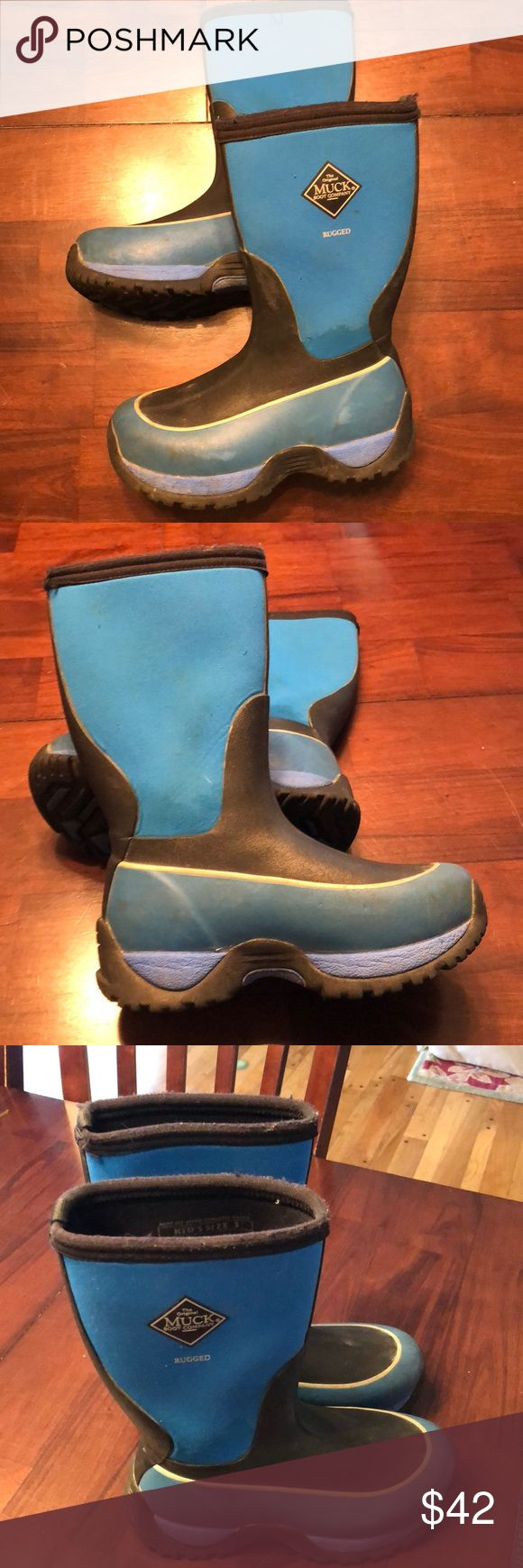 Boys Size 3 Muck Boots Lots of life left in these boots! No holes or rips. Slight discolor if I areas but still in good shape. Keeps feet warm and dry!!!! Muck Boot Company Shoes Rain & Snow Boots