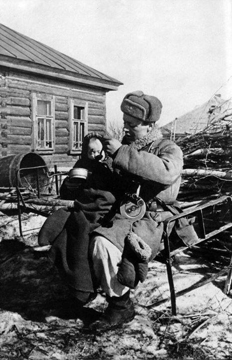 Un soldado ruso alimenta a un niño hallado entre las ruinas de la aldea de Izvekovs, en la región de Smolensk, marzo de 1943