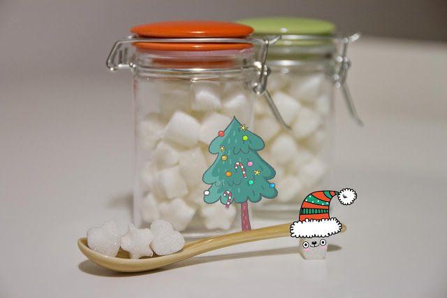 Zollette di zucchero fai da te. Basta uno stampino di silicone e un po' di zucchero per organizzare un regalo di Natale dolcissimo.