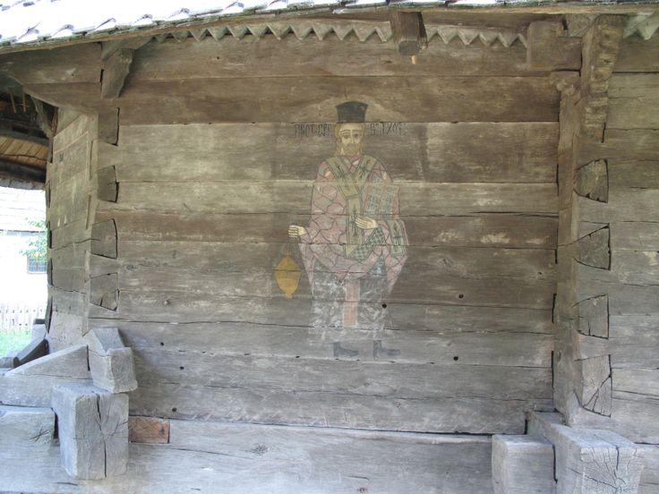 """Biserica din Timişeni capătă o valoare de excepţie prin pictura interioară şi exterioară, pictată în trei etape, constituie un valoros martor vizual al comunitaţii pe care a servit-o şi al epocii istorice în care a fost ridicată. La exterior pictura este realizată direct pe bârnele pereţilor, înfăţişând, conform canonului bizantin, """"Proorocii"""" pe peretele sudic, """"Judecata de apoi"""" în pridvor deasupra uşii, iar preoţii Barhoata şi Pupăzan, slujitori în acest lăcaş, pe pereţii absidei…"""