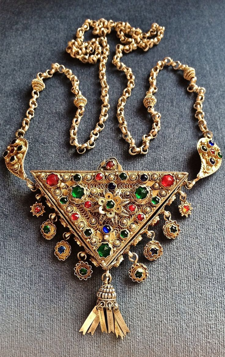 'Muskalık' (amulet necklace). Late-Ottoman, ca. end of 19th century. Gilt silver, filigree work and glass paste. (Source: Peter Hoesli).