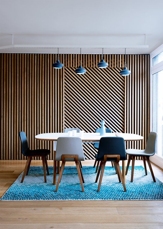 Une salle à manger mêlant le bois, le blanc et le bleu / Wood, white and blue in a dining room with strong graphic lines