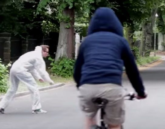 @Howley.in http://howley.in/gotcha/ever-seen-funny-prank-with-invisible-rope/ #FunnyPranks #InvisibleRope #Howley Ever Seen Funny Prank With Invisible Rope… That's the evilest thing i can imagine…. This is so funny! Video Source: https://www.youtube.com/watch?v=nS8nPigov0g