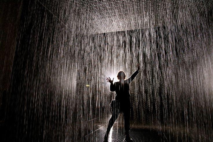 La lluvia de habitaciones en el Barbican, Londres.  La sala está equipada con cámaras 3D que detectan su ubicación en la sala, y se apagará automáticamente las válvulas de agua por encima de su cabeza, lo que le permite caminar a través de la lluvia sin mojarse.
