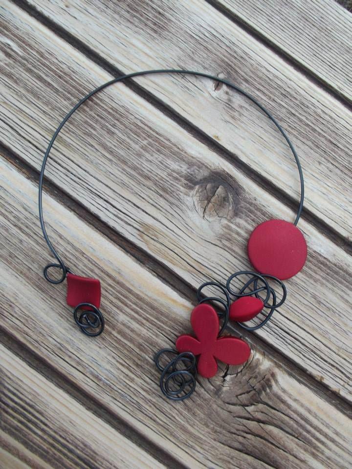 Collier n°055   En fil en aluminium de couleur noir, avec ses perles de couleur rouge  Retrouvez ce modéle sur ma page facebook : https://www.facebook.com/olivia.creation.5