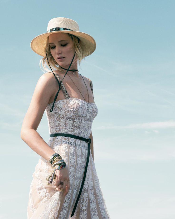 Jennifer Lawrence, con vestido en tul bordado, sombrero, y cinturón de la Colección Crucero de Dior. Las joyas también son de la firma.
