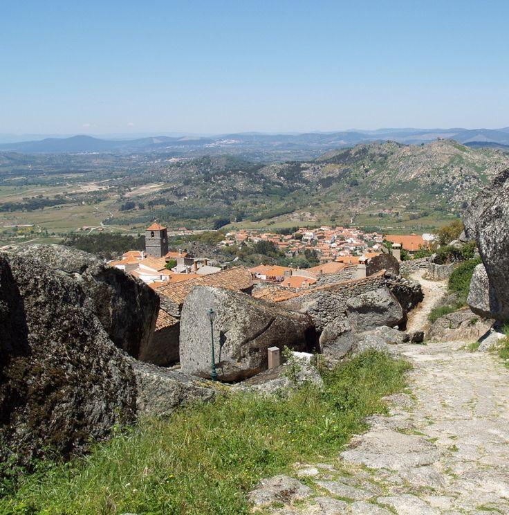Монсанто - селение среди валунов. Португалия. Фото