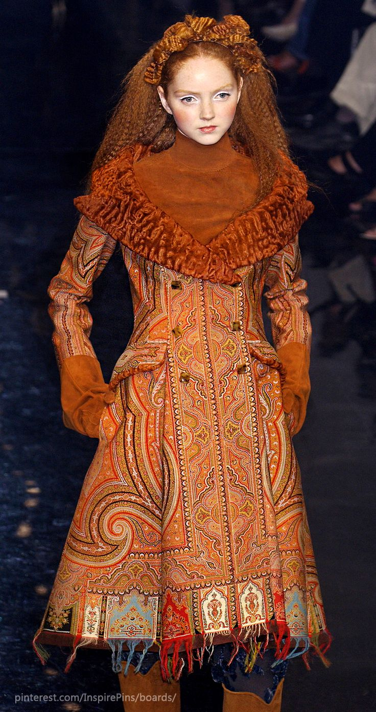 Jean Paul Gaultier Haute Couture Fall 2005...If I´m not mistaken,it was Ukranian folklore - inspired  collection . Mon Deiu,that green dress was a masterpiece !