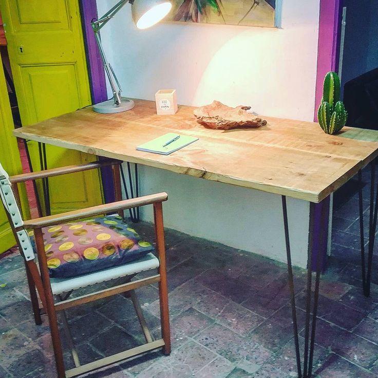 """Mesa de madera tratada y nutrida con ceras naturales, y patas """"hairpinlegs"""" en acabado óxido.  Se hacen a medida, pide la tuya!!."""