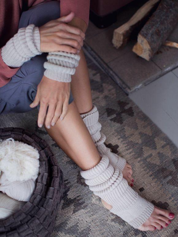 Täysvillaiset Nietos-joogasukat ja -ranteenlämmittimet pitävät nivelet lämpiminä jumpassa tai rentoutuessa.Malli: Laura PulliainenKoko: nainen, joogasukat