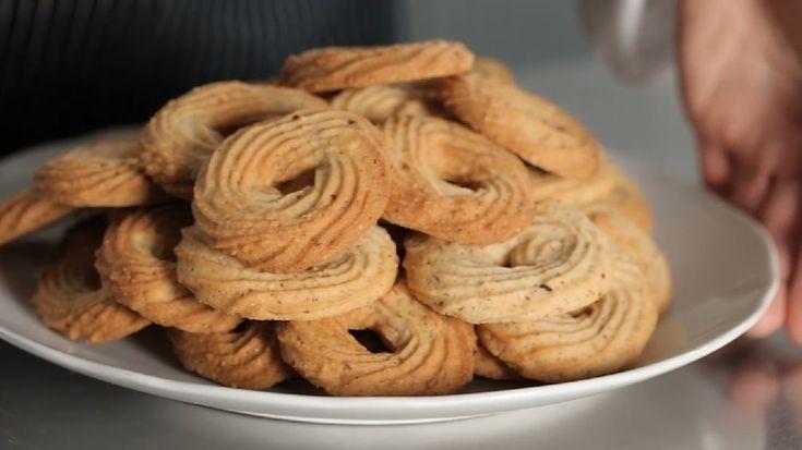 I biscotti alle nocciole sono dolci ideali per colazione o per merenda, preparati con una base di pasta frolla montata cui si aggiungono nocciole tritate.