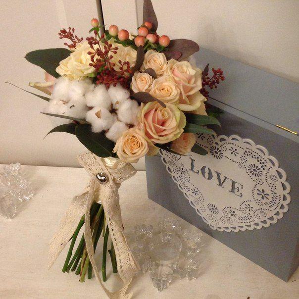 Sweet wedding bouquet with cotton , creamy roses spray and berries of eucalyptus and hypericum/ Нежный букет с хлопком, сливочными розами спрей, ягодами эвкалипта и гиперикума