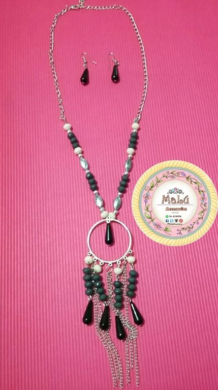 Collar con imitación de perlas, un aro dorado en el centro, con gotas y cadenas colgantes + Aretes en forma de gotas.  Accesorios únicos de #Malú.  $20.000 Ventas al por mayor y al detal. Whatsapp  311-6528578