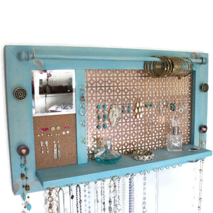 Soyez créatif avec votre organisation de bijoux avec lultime tout-en-un organisateur de bijoux & étagère. Cet organisateur vous a couvert avec beaucoup de place pour les boucles doreilles, puces, colliers, bracelets, bagues et autres accessoires ! Il y a même un bocal en verre intégré pour maintenir le dos à vos oreilles ! Et pour sassurer que tout ce bling correspond à cette tenue, utilisez le miroir intégré.  Dimensions ✏ Cadre - 28(longueur) x 16(Height) ✏ Plateau profondeur - 3½…