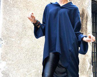 Extravagante Franse Terry asymmetrische DONKERROOD katoen Sweatshirt Sexy ritsen op de schouders, grote voorvak, kortere voorkant langer achter, duim gaten... Extra lange mouwen, extra zacht weefsel, aan de voorzijde grote zak... Uw Soft - Warm Fashion Challenge!!!  Wees origineel en uniek en durven te dragen...   Verschillende maten beschikbaar XS, S, M, L, XL, XXL   Stof 100% Katoen Model draagt maat XS  Maattabel voor Aakasha  Uw metingen  BUSTE Wikkel een zachte meetlint rond uw buste…