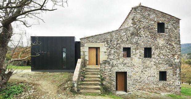Ristrutturare una fattoria del XVIII secolo e trasformarla in casa con portico