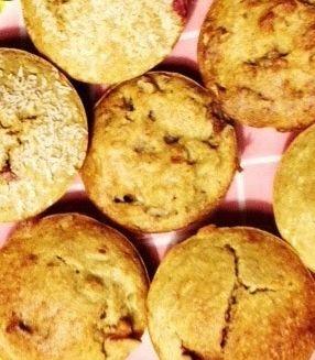 Quinoa muffins (15) 200 gr quinoa-meel (>quinoavlokken vermalen in keukenmachine) 150 ml ongezoete Alpro Amandelmelk 1 banaan 2 eieren 4 verse dadels zonder pit 1 tl bakpoeder 3 tl kaneel  zout evt ongezouten/-brande noten,kokosrasp, pure chocola(min70% cacao),fruit Pel de banaan en snijd in stukjes.Meng banaan en dadels in keukenmachine.Voeg eieren en melk toe en meng door.Voeg meel, bakpoeder en kaneel toe en meng goed door elkaar.Voeg evt noten/fruit toe.Bak de muffins in 30 min op 180˚C.