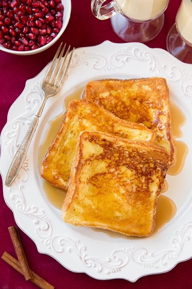 Eggnog French Toast | 17 To-Die-For Christmas Breakfast Recipes for the Entire Family | https://homemaderecipes.com/christmas-breakfast-recipes/