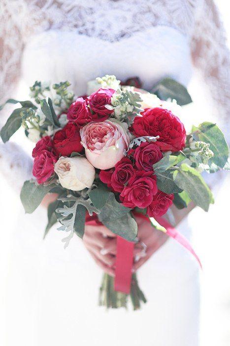 Яркий летний букет с листьями эвкалипта, прекрасными розовыми и красными пионовидными розами