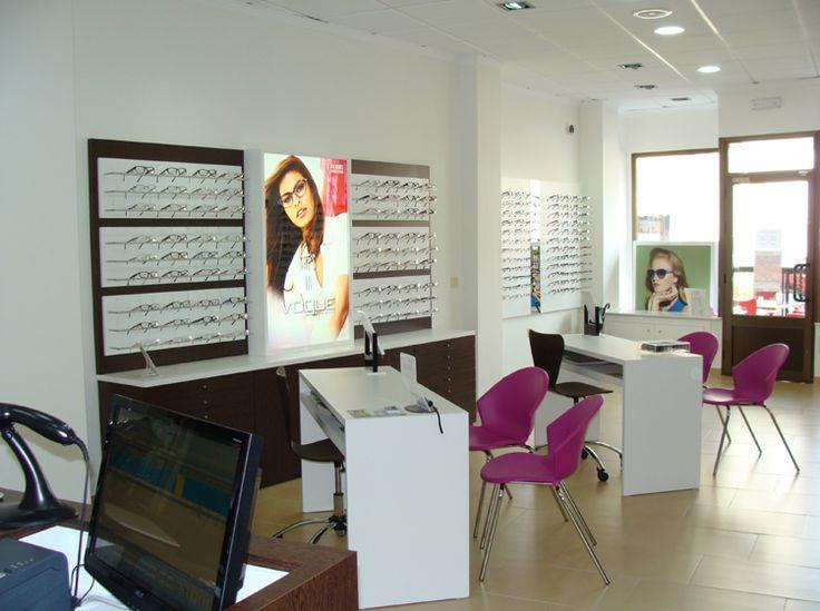 Reforma de Óptica Neovisión (Albacete). Óptica de nueva implantación. Se realiza un diseño limpio, con elementos básicos. Se introduce el color fucsia, que aporta un toque de frescura y novedad a la óptica. Se utiliza un nuevo sistema de exposición lineal para gafas, en horizontal.