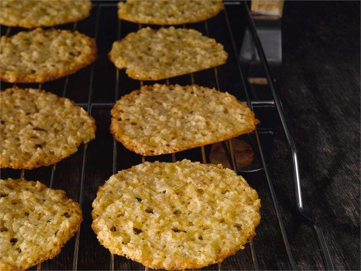 Kauralastut ovat nopeita ja helppoja tehdä ja ne maistuvat niin pienille kuin isoille herkkusuille. Kauralastuja voit tarjota sellaisenaan tai esimerkiksi jäätelöannoksen koristeena.