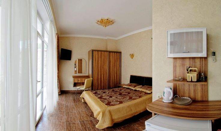 Знакомьтесь! СТАНДАРТ категории А – самый популярный номер отеля Александрия. Гости его любят за: -оптимальное сочетание цена/качество; - большую двуспальную кровать; - панорамное окно; - наличие балкона с удобной садовой мебелью; - красивый вид на романтично подсвечивающийся бассейн; - наличие лифта в корпусе, где расположен этот чудесный номер. Если Вы ищите номер для 2 гостей, с балконом, но не хотите переплачивать, рекомендуем обратить внимание именно на Стандарт категории А.