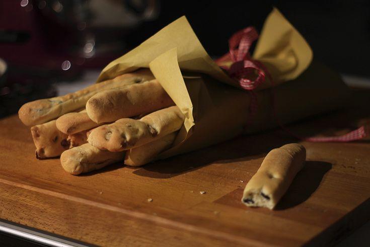 Vale sempre la pena di cucinare il pane homemade!. Oggi faremo i gustosi, profumati e croccanti sfilatini alle noci e alle olive nere.