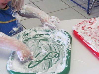 The shave cream table is irresistible in preschool - Scheerschuim tafel (fijne motoriek)    Read more: http://www.teachpreschool.org
