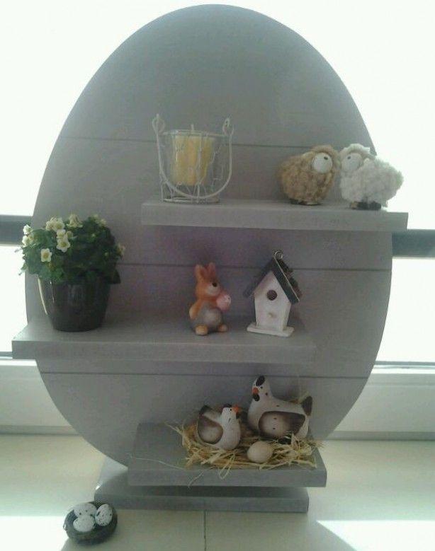 Leuk idee voor de Pasen. Maak van hout een ei en bevestig hier 3 plankjes aan. Vervolgens kan je er leuke paasdecoraties op zetten. Om het ei kan je ook nog een mooie strik knopen. Dit is weer eens wat anders, dan paastakken.