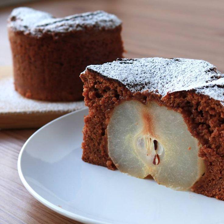 「絶品 梨丸ごとチョコケーキ」の作り方を簡単で分かりやすい料理動画で紹介しています。梨丸ごとチョコケーキはいかがでしょうか。 断面も綺麗で可愛らしいスイーツは、おうちカフェにもホームパーティにも最適です。 いつもの梨を少しアレンジして美味しいスイーツに大変身させてみてはいかがでしょうか。 とっても簡単ですのでぜひ作ってみてくださいね。