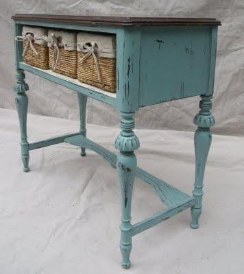 Mesa de trabajo con cajones antiguos incluidos de color celeste gastado con varios detalles ornamentales en madera.