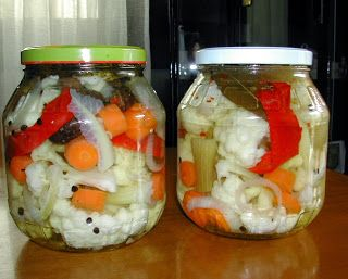 • 1 μικρό κουνουπίδι, καθαρισμένο από τα φύλλα και χωρισμένο στα μπουκετάκια του • 4 καρότα κομμένα φέτες • 1 ματσάκι σέλινο (μόνο τα τ...