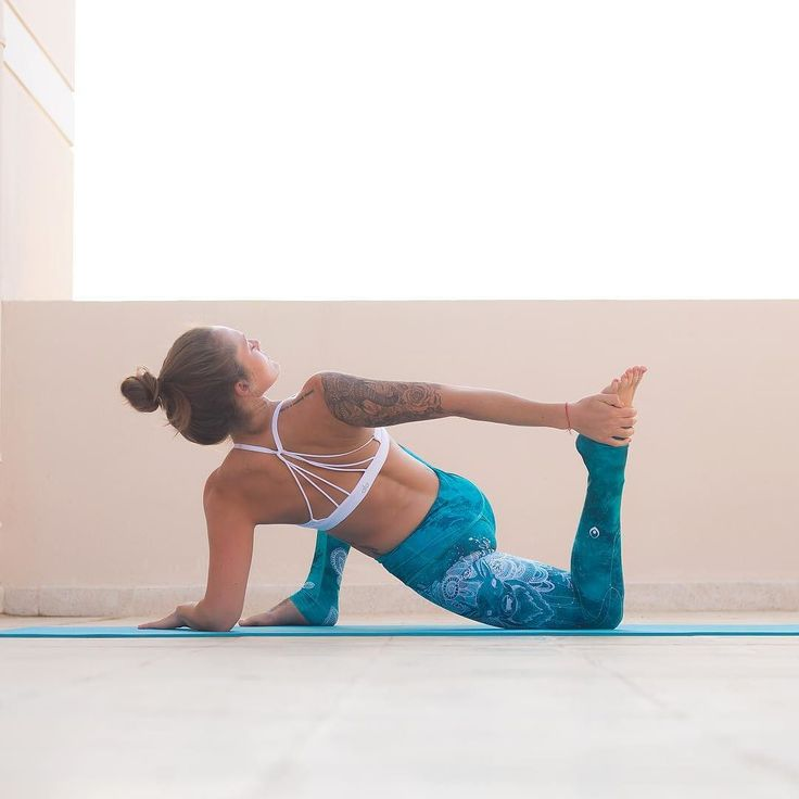 """Utthan Pristhasana  Lizard Pose variation""""And in the end it's not the years in your life that count. It's the life in your years."""" Ralph Waldo Emerson  Leggings: @myinnerfire by abbey.yoga"""