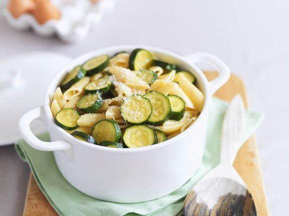Nudeln mit Zucchini ist ein Rezept mit frischen Zutaten aus der Kategorie Blütengemüse. Probieren Sie dieses und weitere Rezepte von EAT SMARTER!