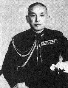 El vicealmirante Shibazaki Keiji, que comandaba la guarnición, se había jactado de que «se necesitaría un millón de hombres cien años» a la conquista de Tarawa. La guarnición estaba formada por 1.059 hombres de la 3rd Special Base Force 1.520 marineros y 1026 trabajadores de la 111ª Unidad de construcción, junto a un pequeño destacamento de 865 hombres del Destacamento Tarawa de la 4ª Unidad naval de construcción