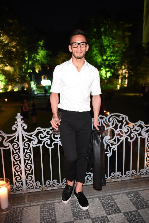 中田英寿 半袖白シャツ×黒トラウザー×黒スリッポン | メンズファッションスナップ フリーク | 着こなしNo:114376