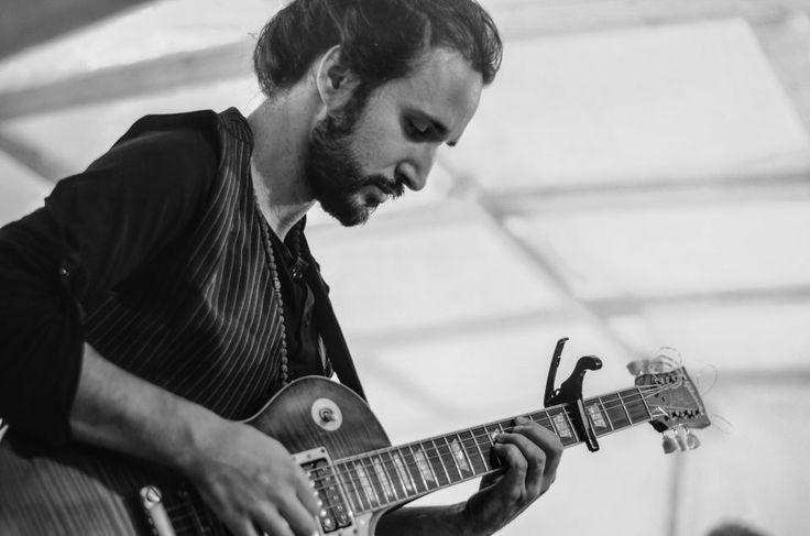 Massimo Deo    ROCK IN RIVA 2017, Abbadia Lariana. Folkabbestia, C'esco e i Musicanti di Brahma, Bianchi Sporchi, Minipony. Fotografie di Chiara Arrigoni.    #RockinRiva #Lecco #livemusic #guitar #gibson #blackandwhite